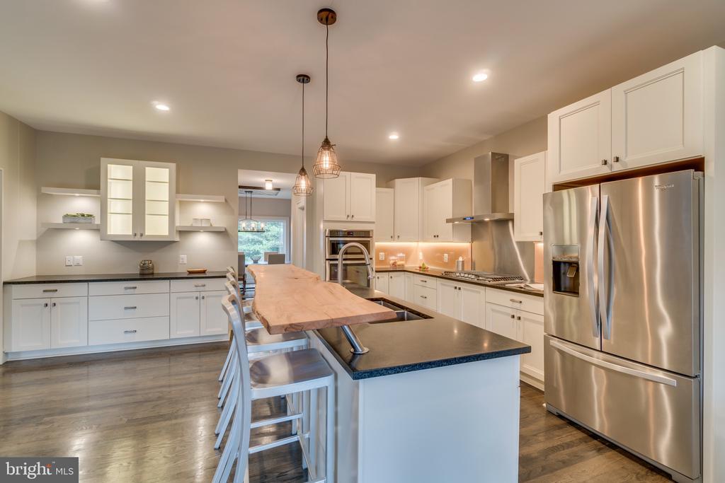 Kitchen w/stainless steel appliances - 512 N LITTLETON ST, ARLINGTON