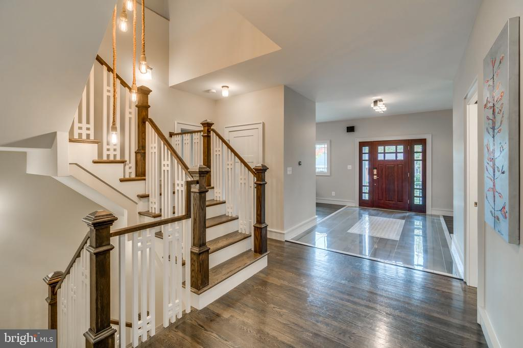Hallway with view to foyer - 512 N LITTLETON ST, ARLINGTON