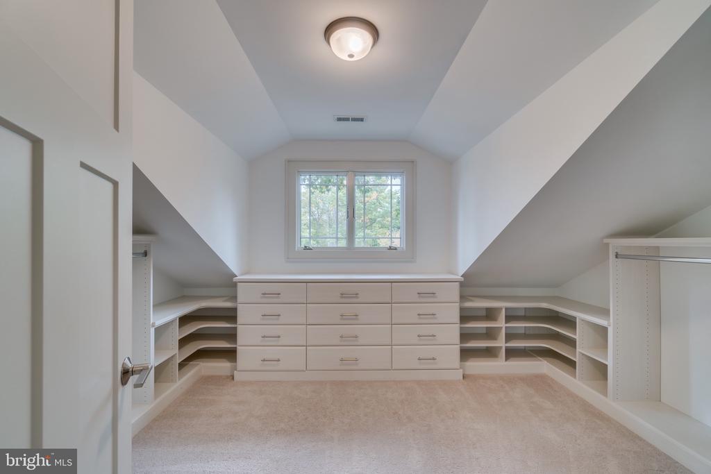 Fabulous dressing room w/custom built-ins - 512 N LITTLETON ST, ARLINGTON