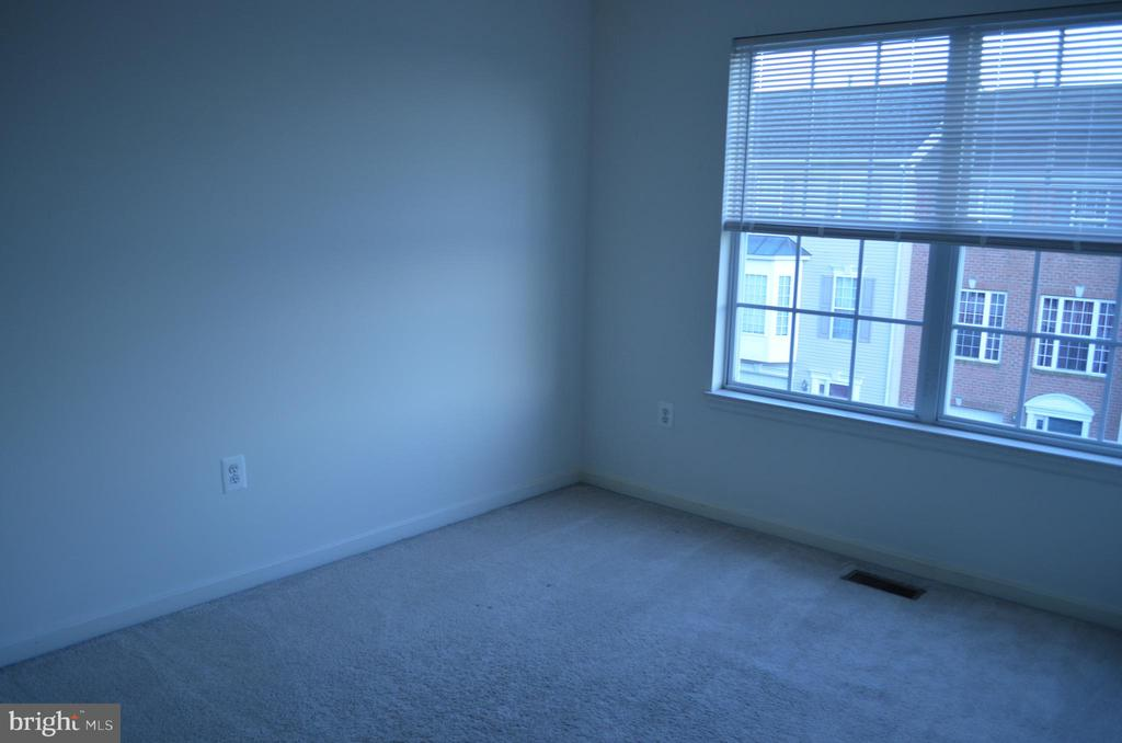 Bedroom 2 has door into the full bath - 2498 LAKESIDE DR, FREDERICK