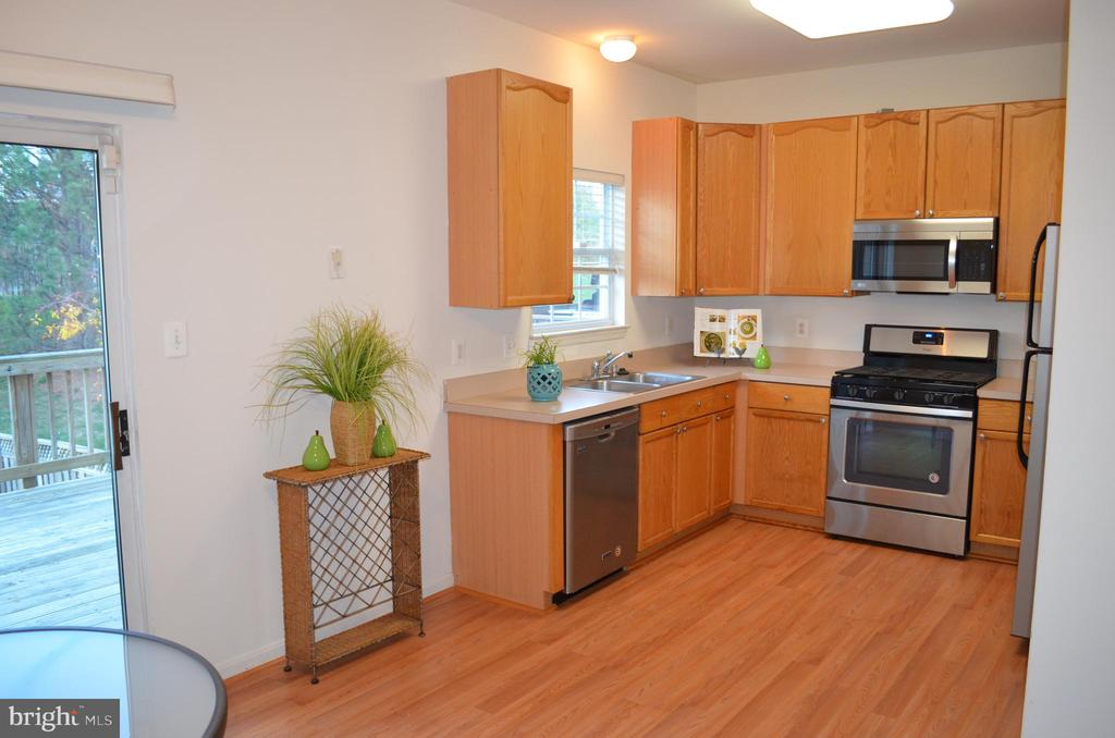 Large eat-in kitchen - 2498 LAKESIDE DR, FREDERICK