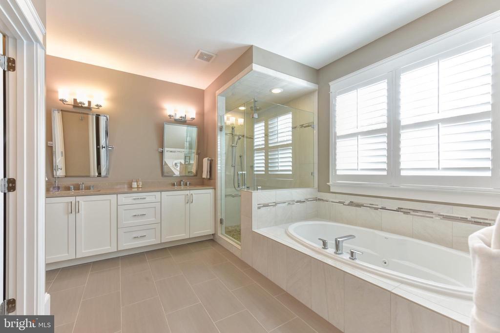 OWNER'S BATH-EN-SUITE - 1223 N ABINGDON ST, ARLINGTON
