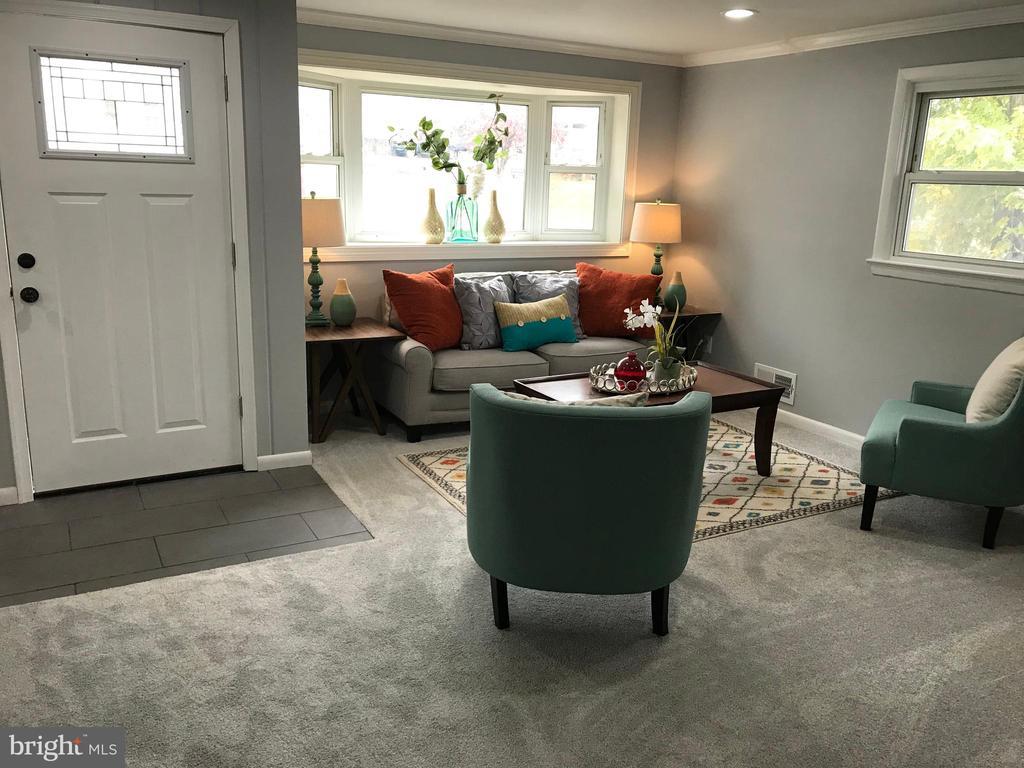 Living Room with Bay Window - 2411 S MONROE ST, ARLINGTON