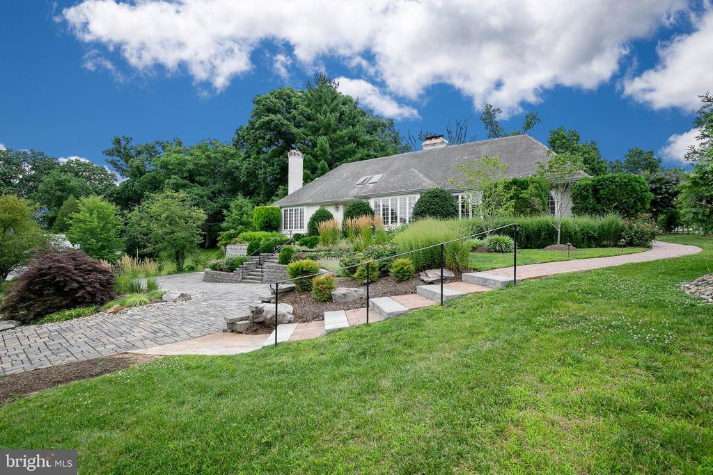 Sited on over 1/2 acre fabulous lot - 2815 N LEXINGTON ST, ARLINGTON