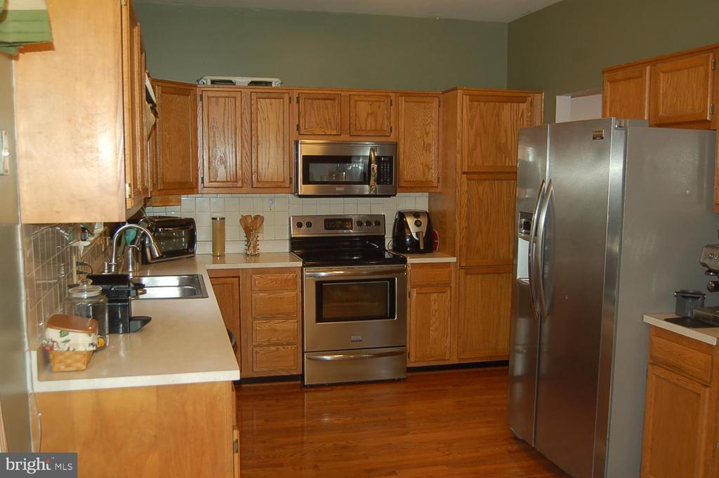 Kitchen, stainless steel appliances - 6 FLEWELLEN DR, STAFFORD