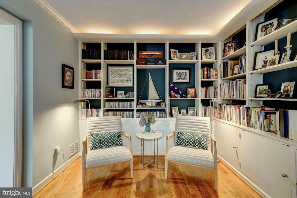 Cozy Reading Room - 2318 44TH ST NW, WASHINGTON