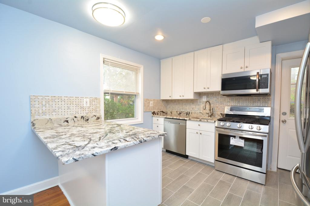 Newly remodeled kitchen offers all the amenities - 4747 ARLINGTON BLVD, ARLINGTON