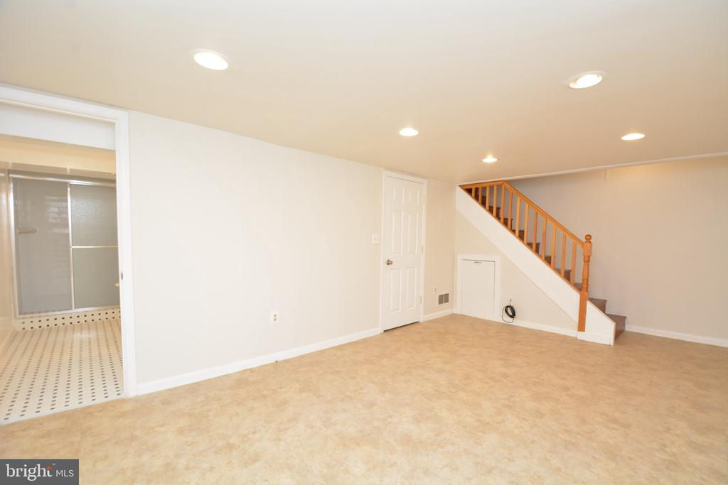 Family room with full bath access - 4747 ARLINGTON BLVD, ARLINGTON