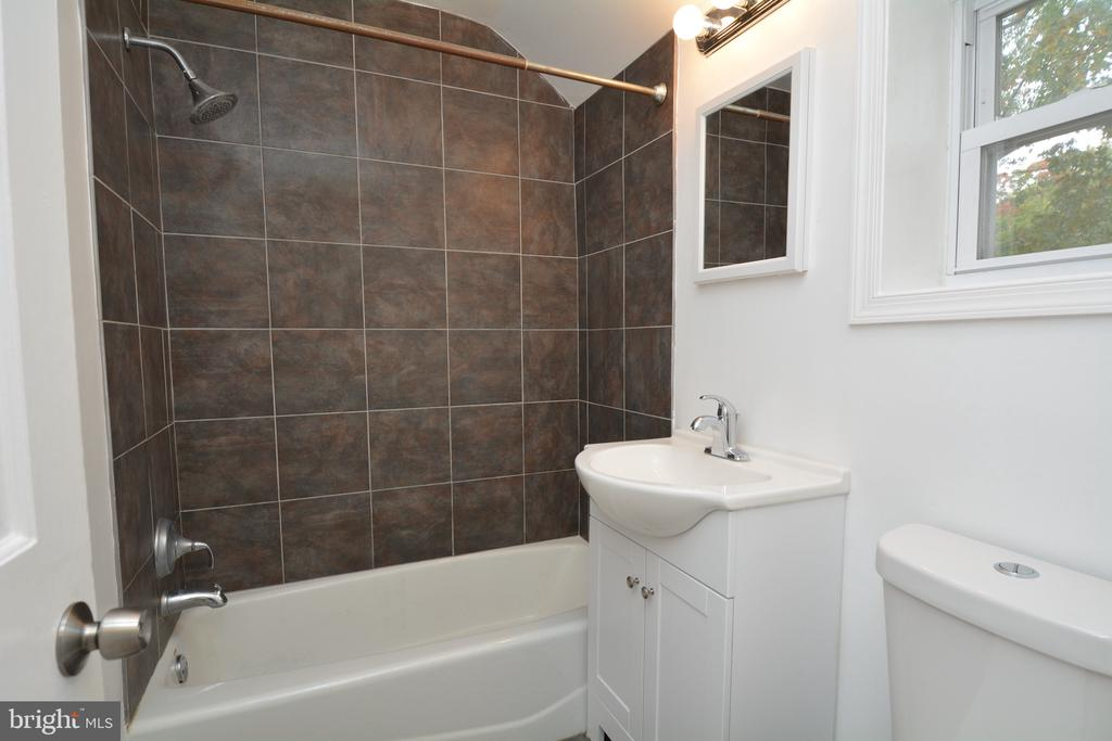 Upper level bath offers all the amenities - 4747 ARLINGTON BLVD, ARLINGTON