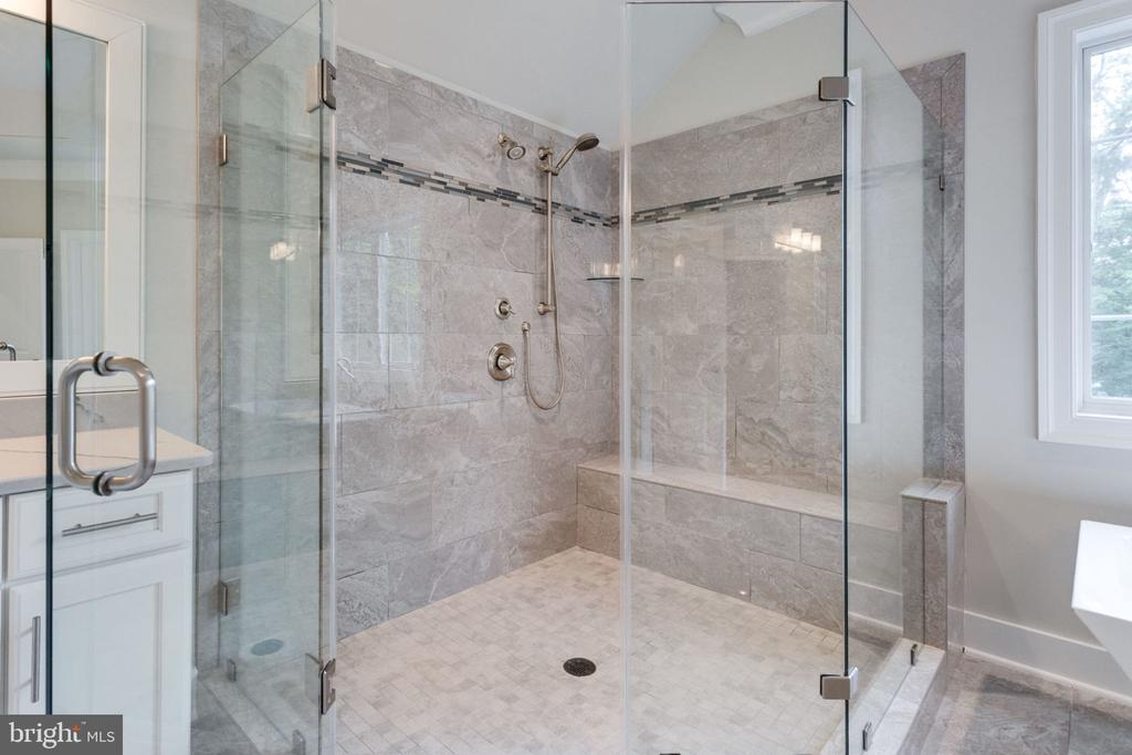 OVER-SIZED SHOWER - 212 TAPAWINGO RD SE, VIENNA