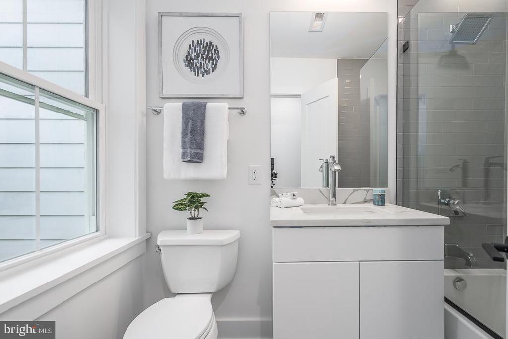 Upper Level Full Bath - 1634 ARGONNE PL NW, WASHINGTON