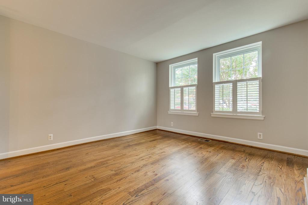 Living Room with plantation shutters - 2877 S ABINGDON ST, ARLINGTON