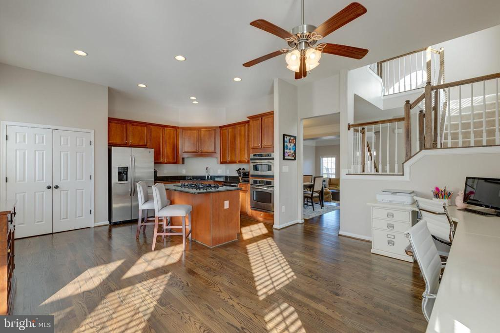 Kitchen w/granite & stainless steel appliances - 25153 SODALITE SQ, ALDIE