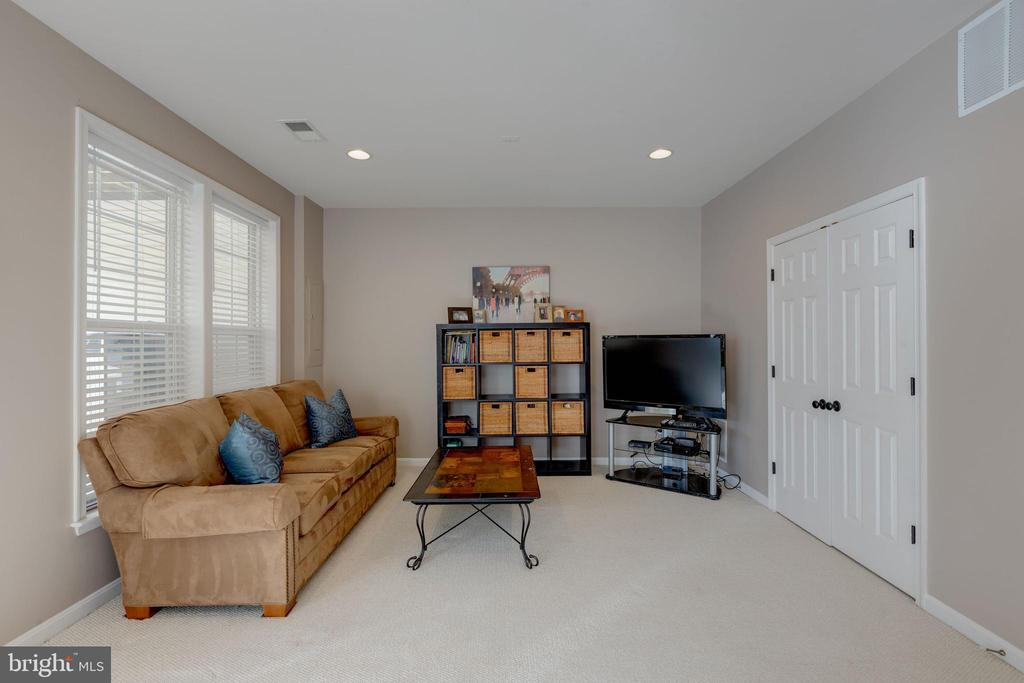 Movie nights or game nights are perfect here - 25153 SODALITE SQ, ALDIE