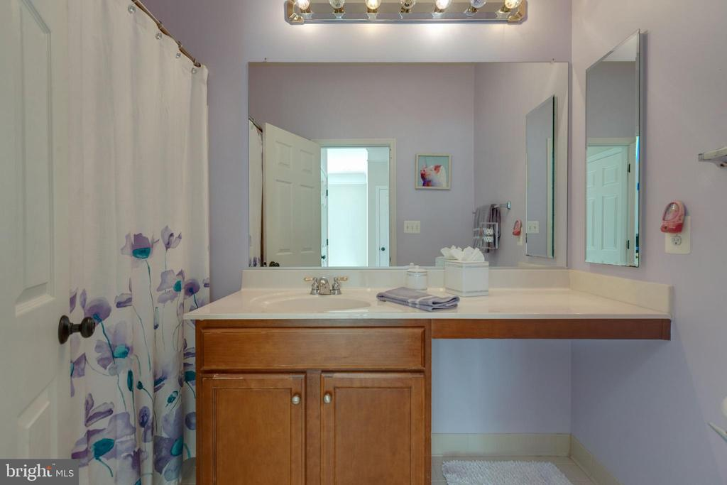 Upper level Hallway bath - 25153 SODALITE SQ, ALDIE