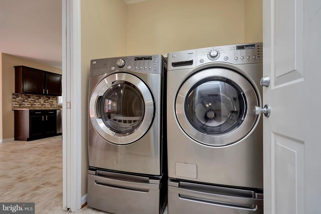 Main floor laundry! - 160 LONGWOOD DR, STAFFORD