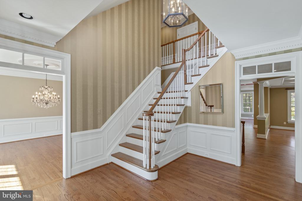 Open oak, double wide staircase - 15093 LAUREL HILL CT, LEESBURG