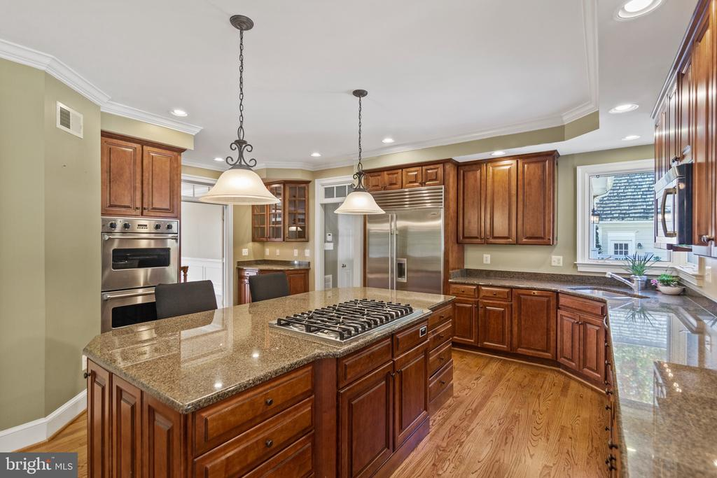 Featuring Viking  gas cooktop/double wall ovens! - 15093 LAUREL HILL CT, LEESBURG