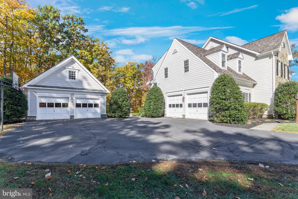 Carriage house with 2 garage spots and loft - 15093 LAUREL HILL CT, LEESBURG