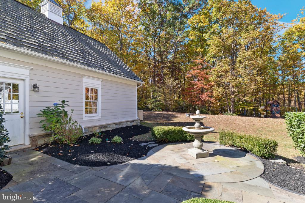 Slate courtyard complete with fountain - 15093 LAUREL HILL CT, LEESBURG