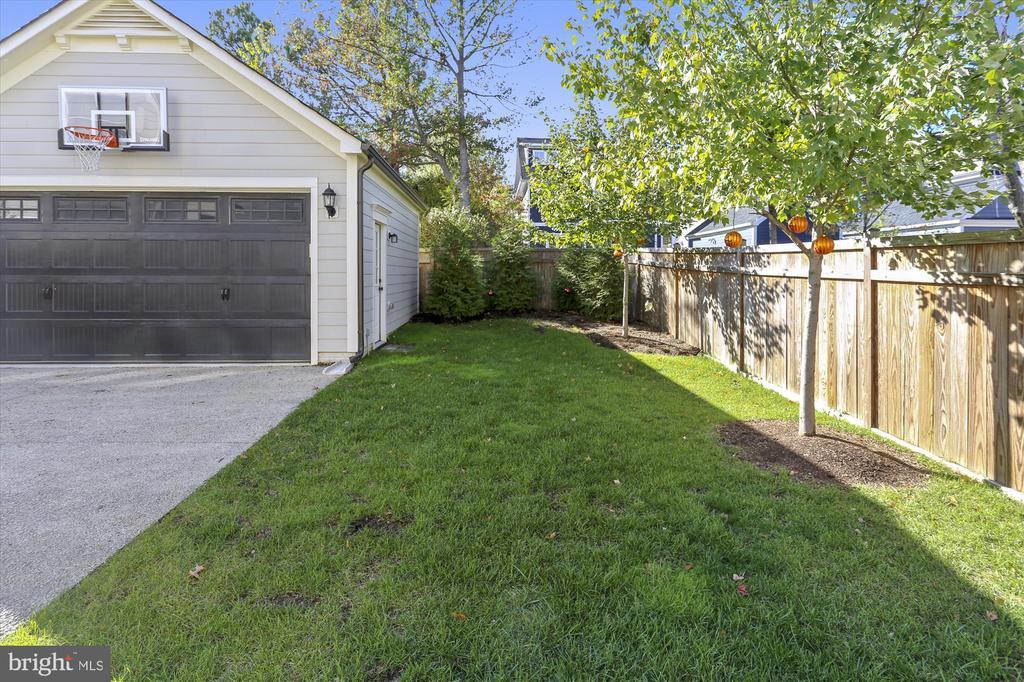 Rear yard with 2-car detached garage - 908 N CLEVELAND ST, ARLINGTON