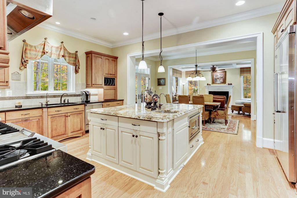 Kitchen With Breakfast Area And Family Room Access - 4830 CASTLEBRIDGE RD, ELLICOTT CITY
