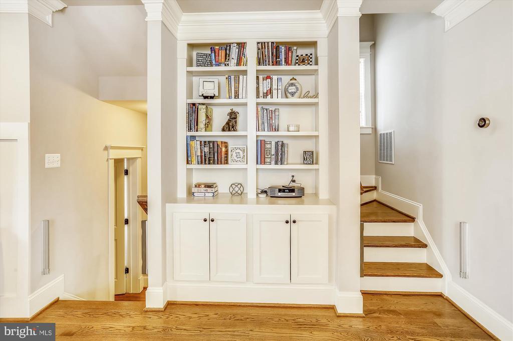Built-In Nook on Main Level - 908 N CLEVELAND ST, ARLINGTON