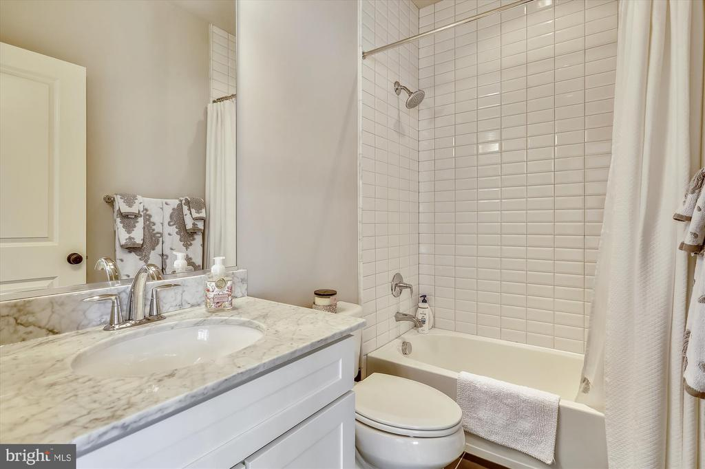 Bedroom #1 en-suite bath - 908 N CLEVELAND ST, ARLINGTON