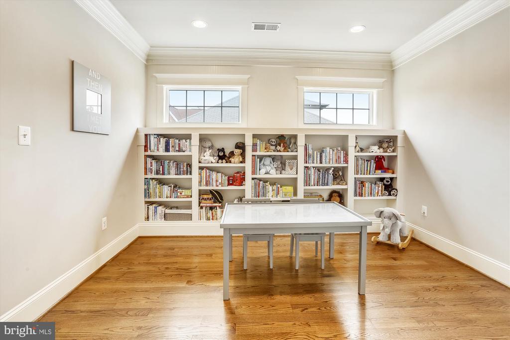 Bedroom level den with built-ins - 908 N CLEVELAND ST, ARLINGTON