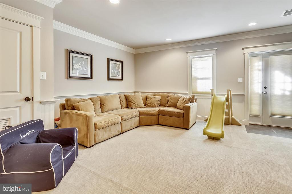 Family room with gas fireplace & built-ins - 908 N CLEVELAND ST, ARLINGTON