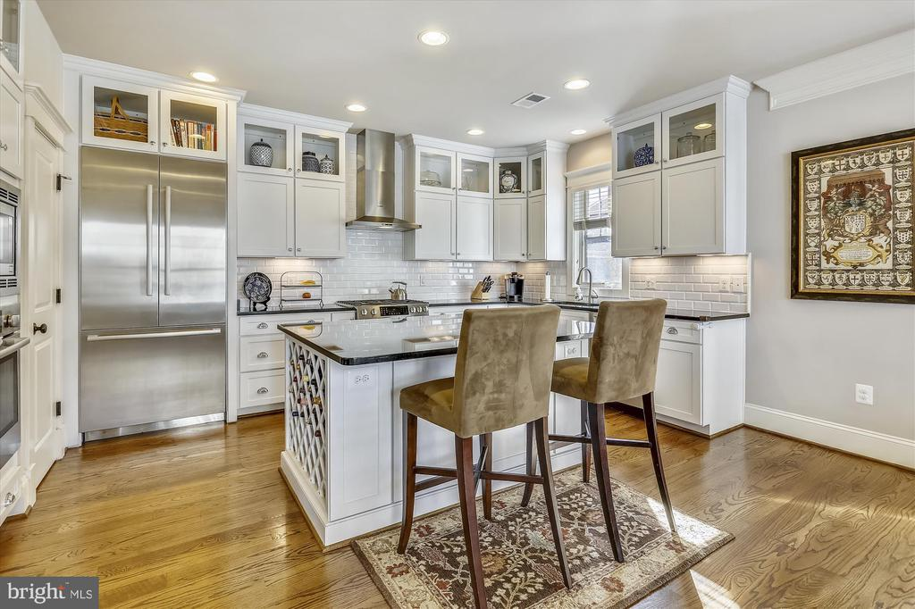 Beautiful white kitchen with pantry and island - 908 N CLEVELAND ST, ARLINGTON