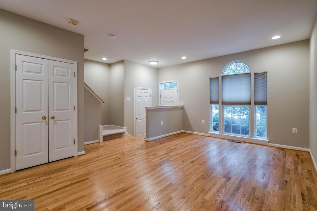 Spacious and bright family room - 45576 TRESTLE TER, STERLING