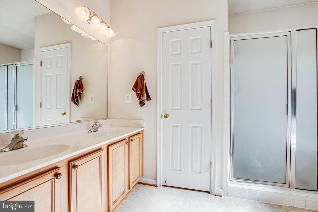 Master bath with double sinks - 2272 BLUEBIRD LN, LOCUST GROVE