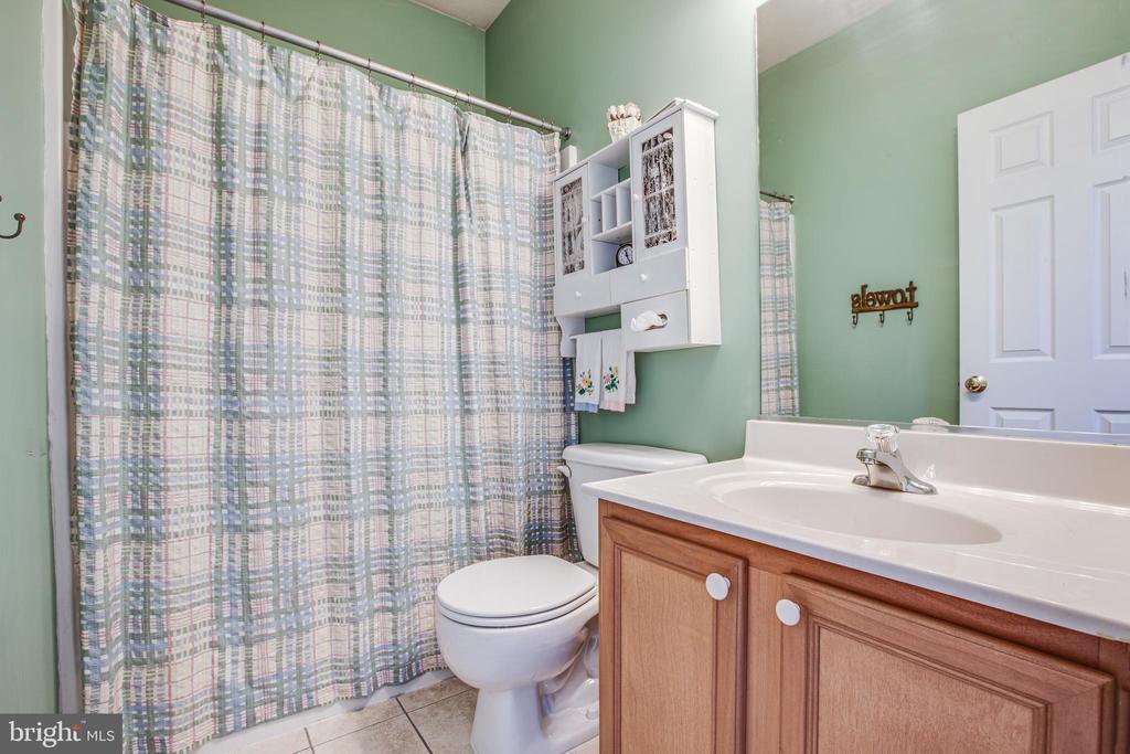Full bath on main level - 2272 BLUEBIRD LN, LOCUST GROVE
