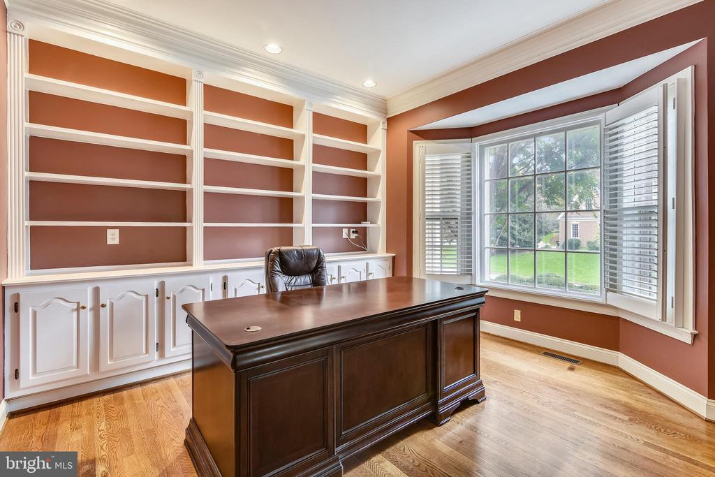 Study with built-in cabinets & plantation shutters - 10680 ALLIWELLS CT, OAKTON