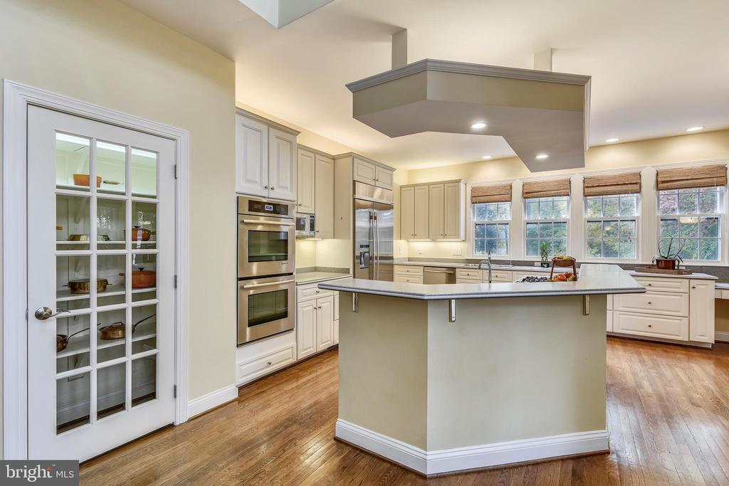 Kitchen with upgraded stainless steel appliances - 10680 ALLIWELLS CT, OAKTON