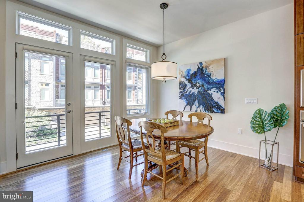 Sunny, eat-in kitchen - 5132 WILLET BRIDGE RD, BETHESDA