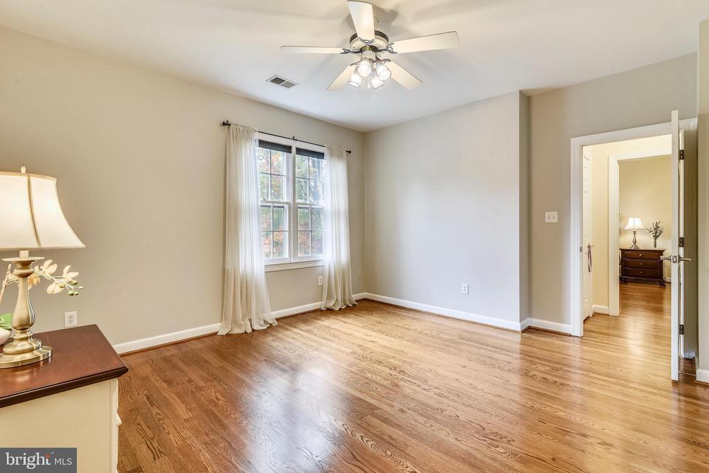 Hardwood floors on top 2 levels - 10680 ALLIWELLS CT, OAKTON