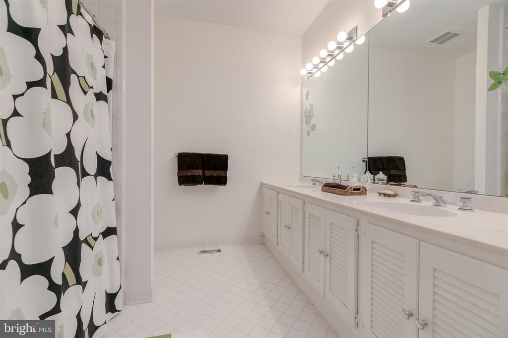 Large Shared bathroom - 4366 WESTOVER PL NW, WASHINGTON