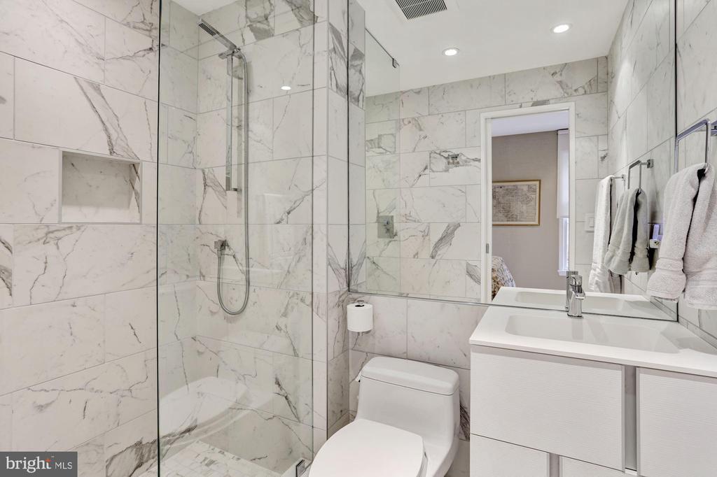 Ensuite Guest Bathroom - 5104 ROCKWOOD PKWY NW, WASHINGTON