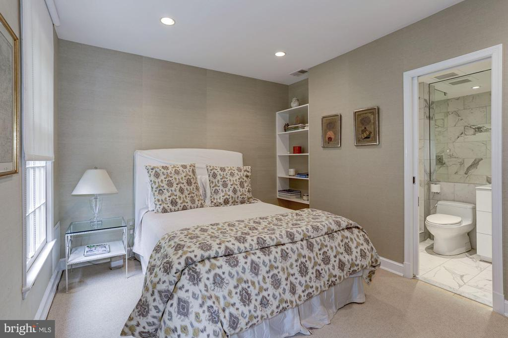 Guest Bedroom w/ Ensuite Bathroom - 5104 ROCKWOOD PKWY NW, WASHINGTON