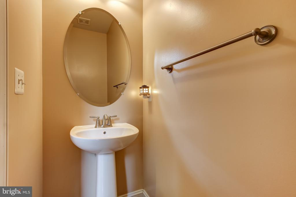 MAIN LEVEL HALF BATH - 15346 WITS END DR, WOODBRIDGE