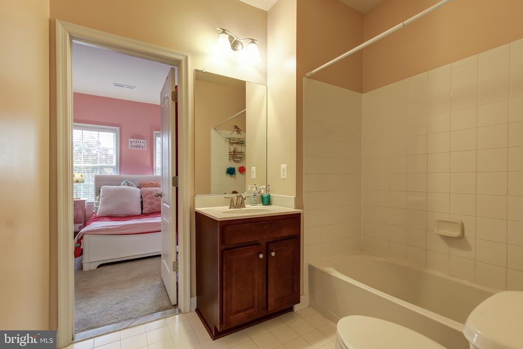 JACK & JILL BATH OFF BEDROOM 3 &4 - 15346 WITS END DR, WOODBRIDGE
