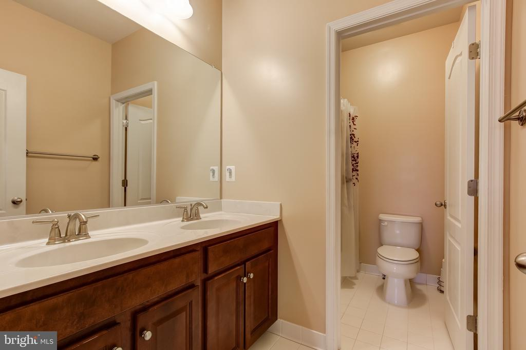 UPPER HALL FULL BATH - 15346 WITS END DR, WOODBRIDGE