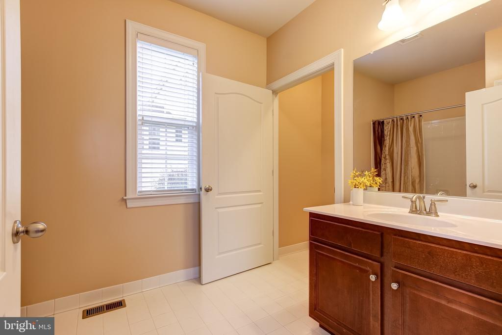 MAIN LEVEL FULL BATH OFF BEDROOM SUITE - 15346 WITS END DR, WOODBRIDGE