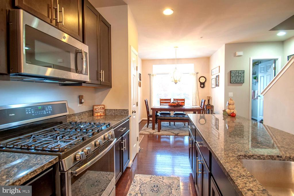 Gleaming kitchen that is great for entertaining! - 139 LEJEUNE WAY, ANNAPOLIS
