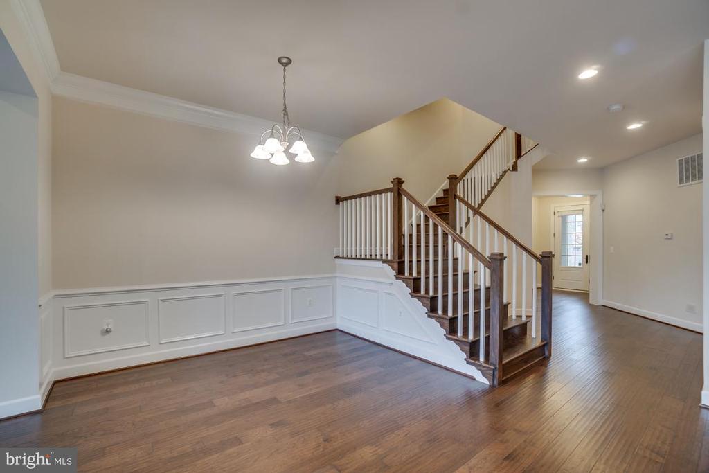 Staircase to second level - 42560 DREAMWEAVER DR, BRAMBLETON