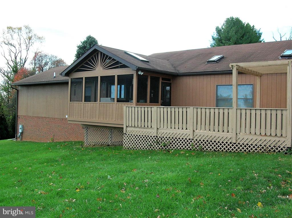 Screened porch and grilling deck - 4970 FLOSSIE AVE, FREDERICK