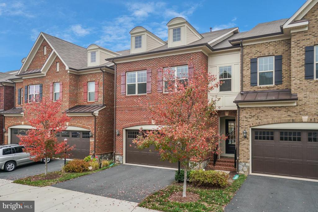 A beautiful brick front home with a 2 car garage - 42560 DREAMWEAVER DR, BRAMBLETON