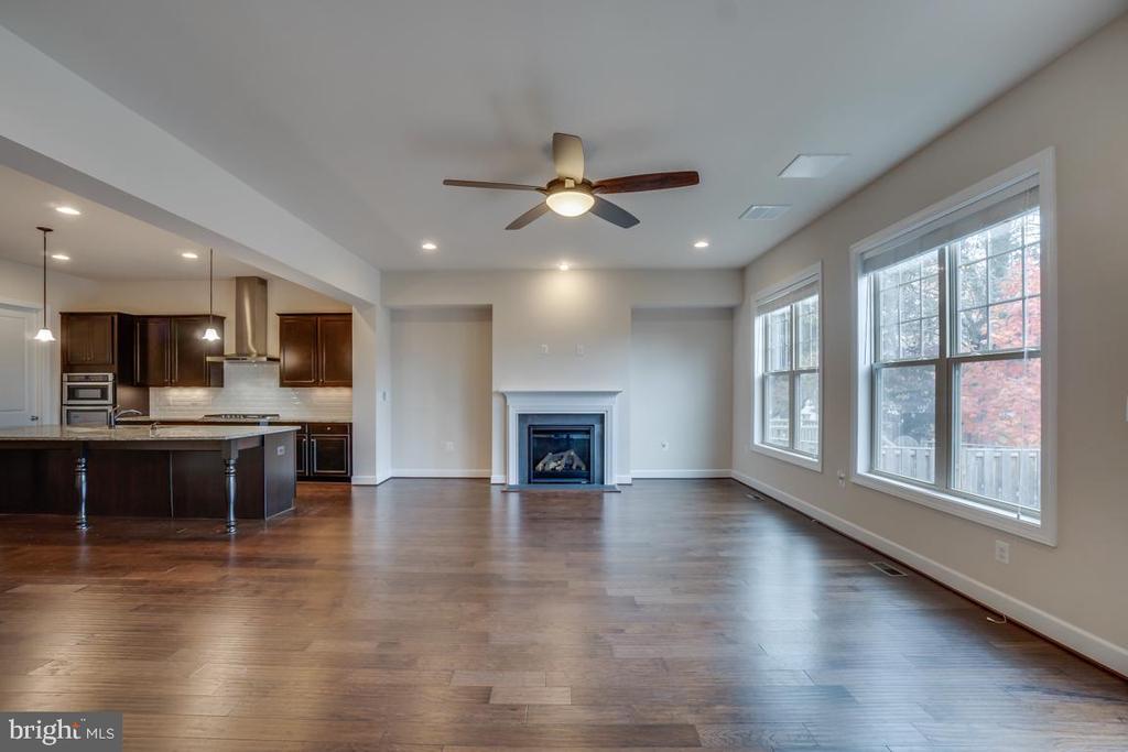 Family Room with gas fireplace - 42560 DREAMWEAVER DR, BRAMBLETON